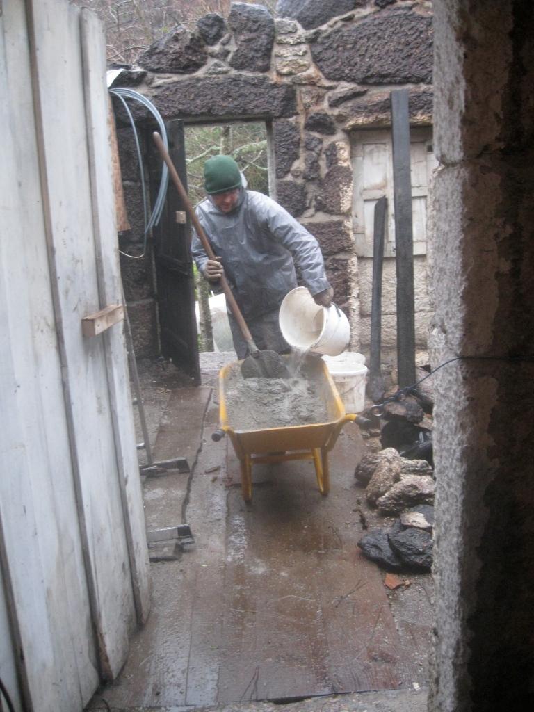 Opmetsen muren gastenkamer tijdens rotweer. Zal dit ooit bewoonbaar worden?